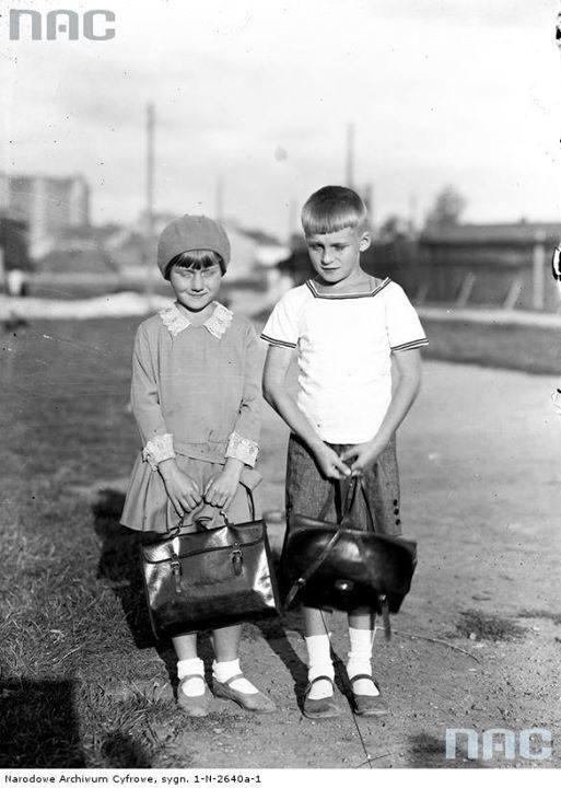 Dzieci z tornistrami w dniu rozpoczęcia roku szkolnego.