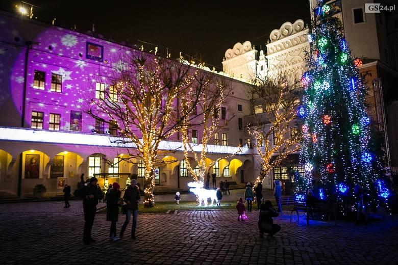 """Na ulicach Szczecina czuć klimat świąt Bożego Narodzenia. W różnych miejscach błyszczą świąteczne lampki. """"Świeć się z Energą"""". ZOBACZ"""