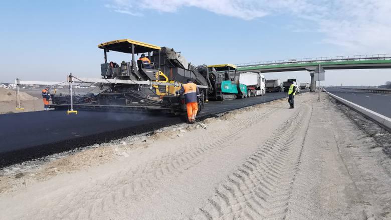 - Wykonawcy nie przerywają prac na budowach dróg, pomimo ograniczeń związanych z koronawirusem. Wspólnie z branżą monitorujemy sytuację na wszystkich