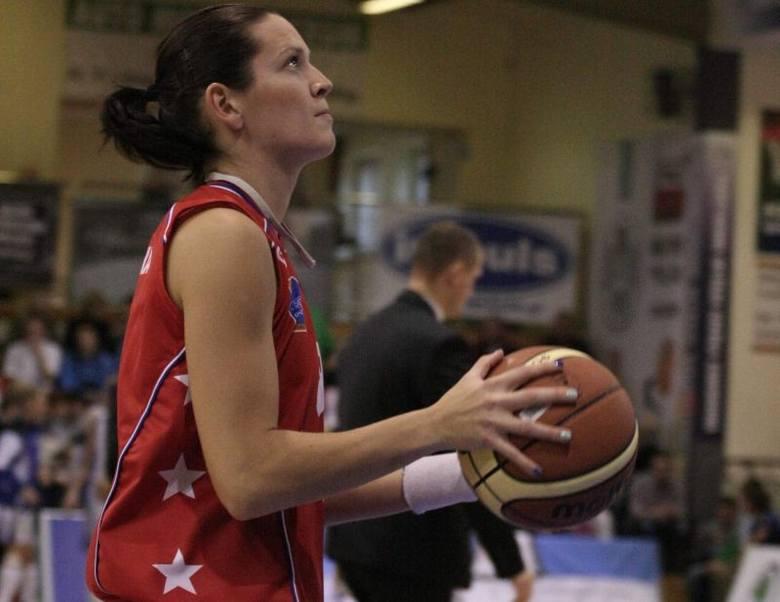 Justyna Żurowska ma 28 lat, skrzydłowa. W latach 2002-2011 występowała w KSSSE AZS PWSZ Gorzów, była kapitanem drużyny. Potem przez pół roku grała w