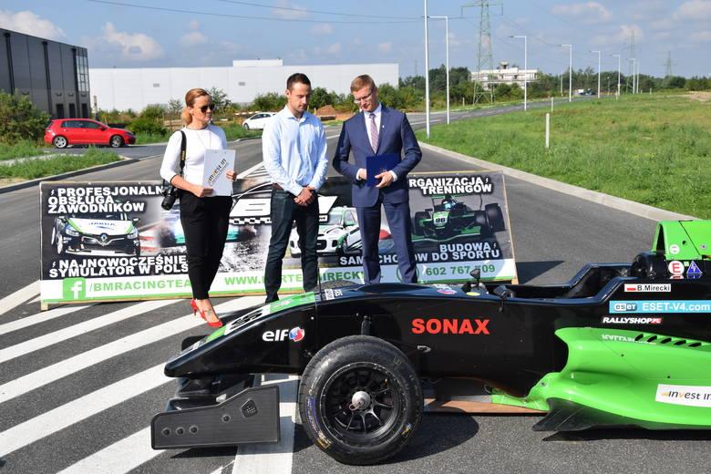 Jedną z nowo wyremontowanych dróg promował kierowca wyścigowy Bartek Mirecki