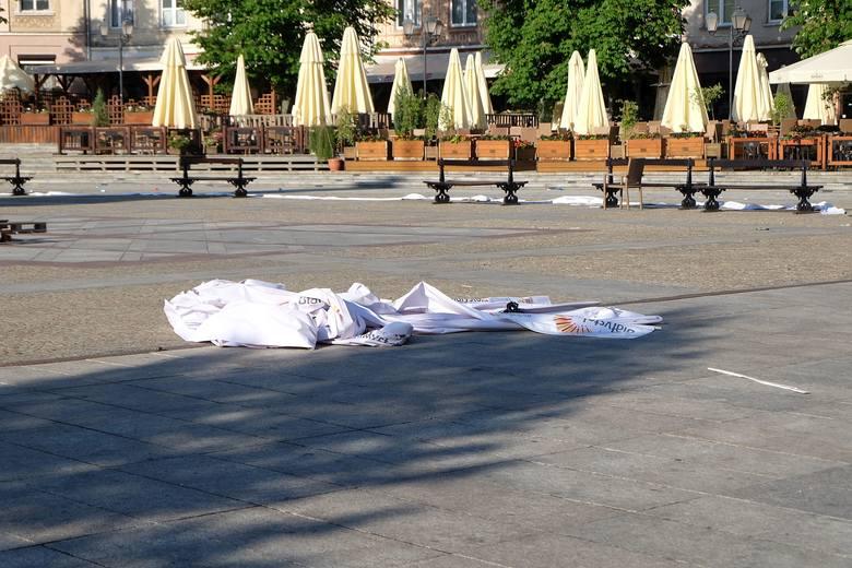 Śmieci, pobite butelki, rękawiczki wyrwana kostka brukowa, pobite płyty chodnikowe - tak wygląda Rynek Kościuszki dwa dni po Mityng Gwiazd.