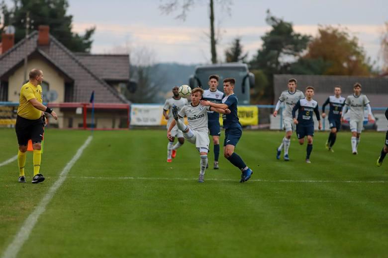 Piłkarze KS Wasilków (niebieskie stroje) jako jedyna drużyna z naszego województwa zdobyła punkty w pierwszej kolejce grupy o utrzymanie  w III lidz
