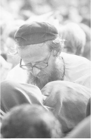Pobyt papieża Jana Pawła II w Oświęcimiu-Brzezince podczas I pielgrzymki do Polski. Jeden z uczestników mszy św. celebrowanej przez papieża Jana Pawła II na terenie byłego obozu Auschwitz II - Birkenau.<br /> Data wydarzenia: 1979-06-07