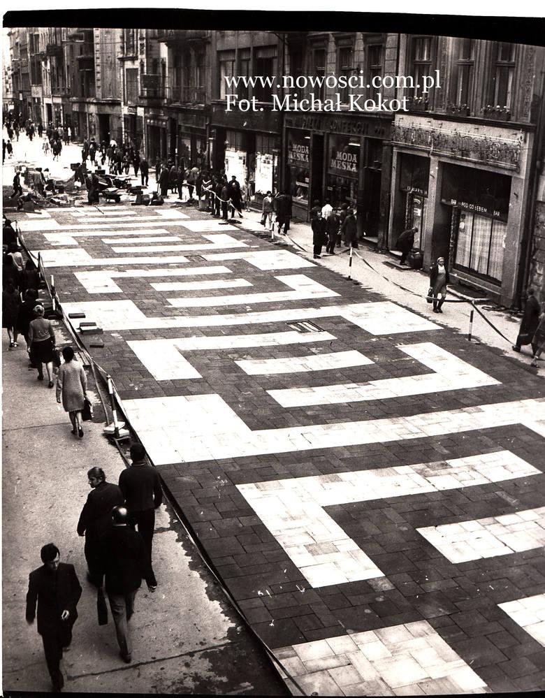 W listopadzie 1970 roku rozpoczęła się przebudowa Szerokiej. Zniknęły tory, pojawiła się m.in. mozaika z piaskowca, dzieło kamieniarzy z Szydłowca.