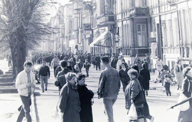 Marzec 1999 r., prawa strona al. Wojska Polskiego w kier. dworca kolejowego z szerszym deptakiem kosztem jezdni