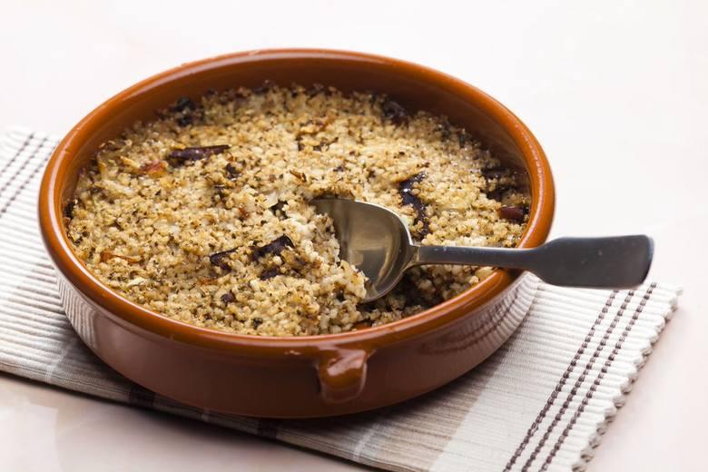Kasza z grzybami i kapustą to jedna z wigilijnych potraw.