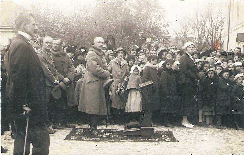 Msza polowa na placu Katedralnym w Łucku 17 maja 1919 roku. Przy klęczniku generał Aleksander Karnicki. Pierwszy z lewej burmistrz Łucka Konstanty Teleżyński. Zdjęcia pochodzą ze zbiorów Tadeusza Marcinkowskiego