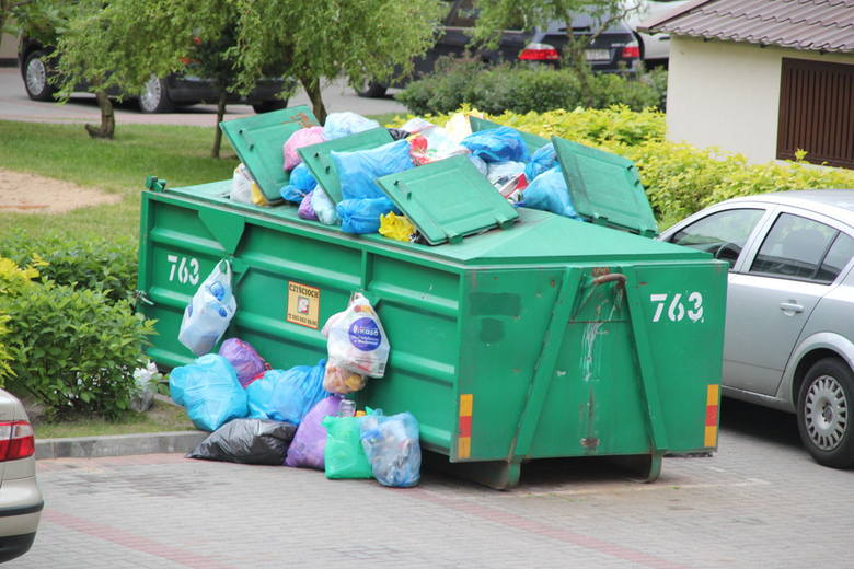 Metalowy śmietnik przy ul. Pileckiego 9 w Białymstoku przypomina choinkę przybraną reklamówkami z odpadami. Firma zobligowana do wywozu nieczystości