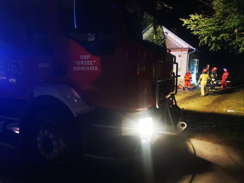 Do zdarzenia doszło w czwartek około godz. 22 w Leżachowie w powiecie przeworskim. Według wstępnych informacji, w wybuchu i pożarze, zginął mężczyzna. Ranne jest dziecko. 2-letnia dziewczynka ma liczne poparzenia. Zabrano ją do szpitala. <br /> <br /> <strong>Aktualizacja, piątek godz. 8.38</strong><br...