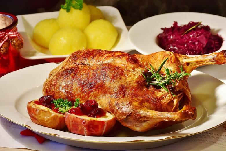 2. Pierwszeństwo mają potrawy, które najbardziej lubiszNie musisz zjeść każdej potrawy, która jest na stole. Uwielbiasz świątecznego mazurka babci? Świetnie,