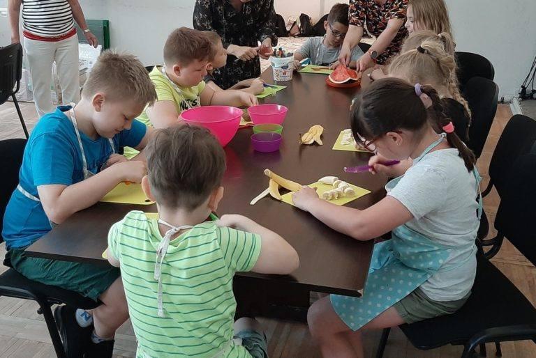 Na zajęciach w Ogródku Jordanowskim dzieci miały już okazję samodzielnie przygotować lody z owocami i później się nimi delektować.