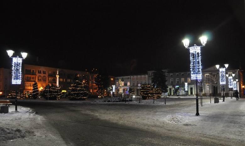 Na oleskim Rynku i przyległych uliczkach: Kościelnej, Wolności, Jaronia i Armii Krajowej  mona już podziwiać świąteczną iluminację. Oświetlenie uroczyście