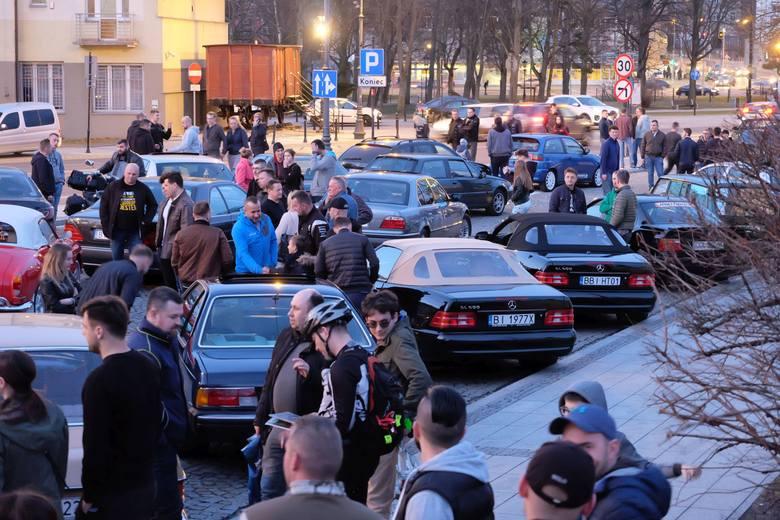 W czwartek, o godz. 19, na parkingu przy Pałacu Branickich vis-a-vis Hotelu Aristo w centrum Białegostoku spotkało się kilkudziesięciu fanów starej motoryzacji.