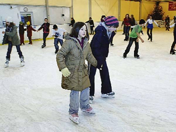 Na koszalińskim lodowisku wystarczy zapłacić 6 zł za wypożyczenie łyżew i można korzystać z atrakcji w godzinach 10 – 11, 11 – 12, 12 – 13, 13 – 14.
