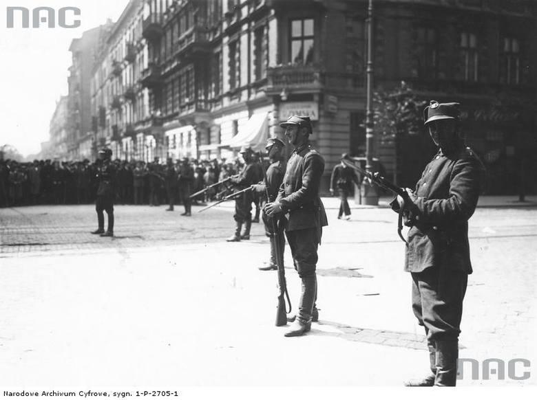 Posterunek wojskowy na rogu ulic Marszałkowskiej i Nowogrodzkiej.