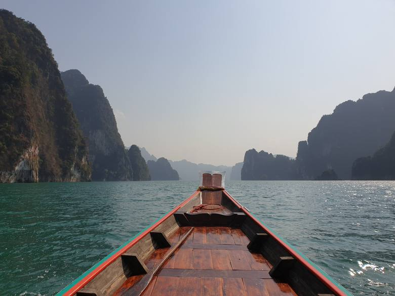 Trekking  w głąb dżungliChoć Tajlandię każdego roku odwiedzają miliony turystów, tylko część z nich decyduje się na wizytę w Khao Sok. Jednak jest to