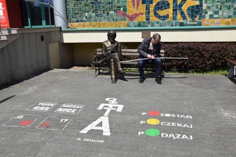 W sobotę, 8 maja, rozpoczął się Tydzień Bibliotek. Grzegorz Żegleń na schodach do wojewódzkiej biblioteki w Zielonej Górze umieścił swój wiersz w ramach