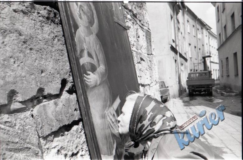 Święty Antoni wracał na Bramę Krakowską cyklicznie. Tu oglądamy moment, w którym obraz był właśnie wieszany albo zdejmowany do kolejnej renowacji