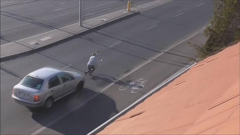 Kiedy kierowca zahamował, pani Ewa jak z trampoliny wyleciała w górę i z impetem uderzyła o asfalt.