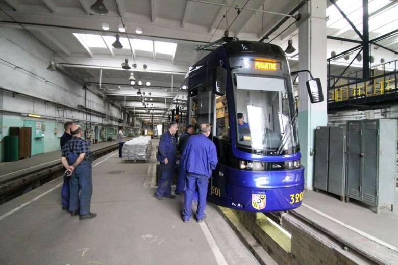 Tramwaje Pesa, które produkuje fabryka w Bydgoszczy, nie mieszczą się na przystankach