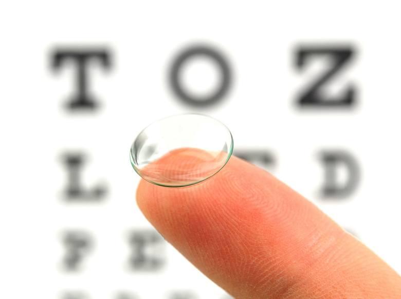 Soczewka kontaktowa jest w oku praktycznie niewyczuwalna, a pole widzenia nie jest w niej niczym ograniczone.