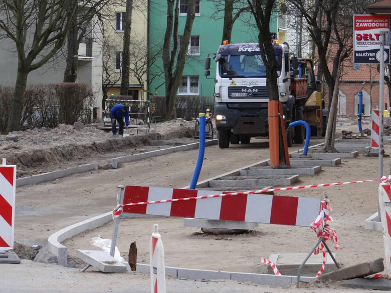 Na ulicy Mostnika są już krawężniki i mieszkańcy krzyczą, że będzie za wąska. Inżynierowie z ZIM uspokajają, wszystko jest zgodne z normami. Po wylaniu