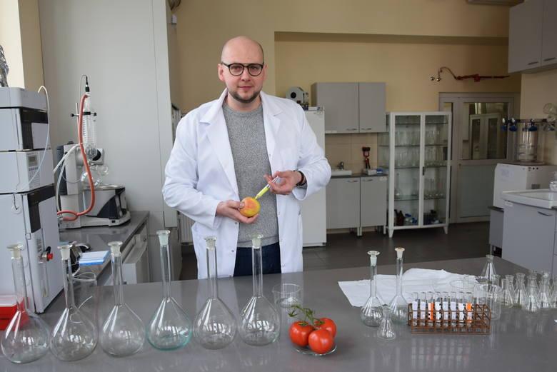 """Naukowiec na tropie pestycydów.""""Praktycznie każde przebadane przeze mnie jabłko zawierało pozostałości pestycydów""""- mówi specjalista z GUM"""