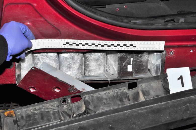 247,66 kg haszyszu znajdowało się w skrytkach, wykonanych w samochodach BMW X5 i BMW X6. Auta znalazły sie w grupie pojazdów wytypowanych do szczegółowej