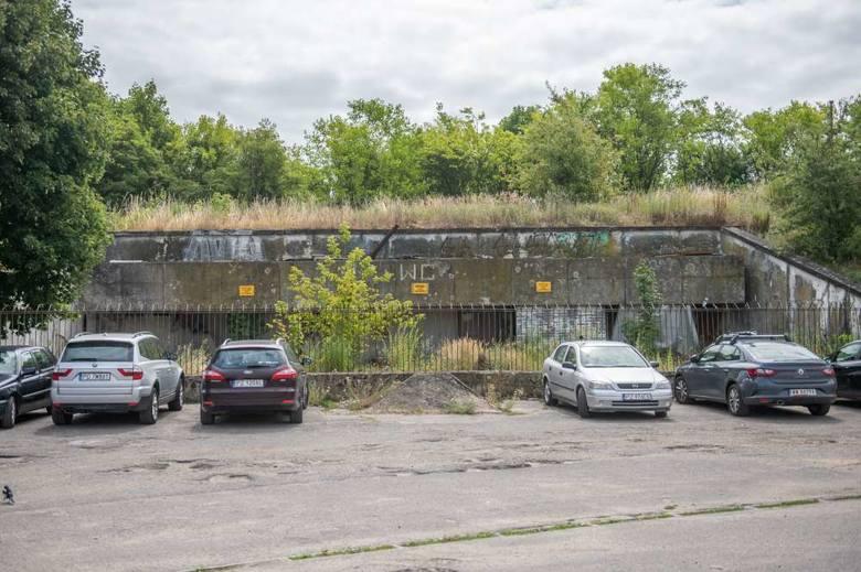 Wkrótce na dzikim parkingu przy stadionie Szyca nie będzie można pozostawić samochodu. Ustawiane są tam zapory i słupki uniemożliwiające wjazd