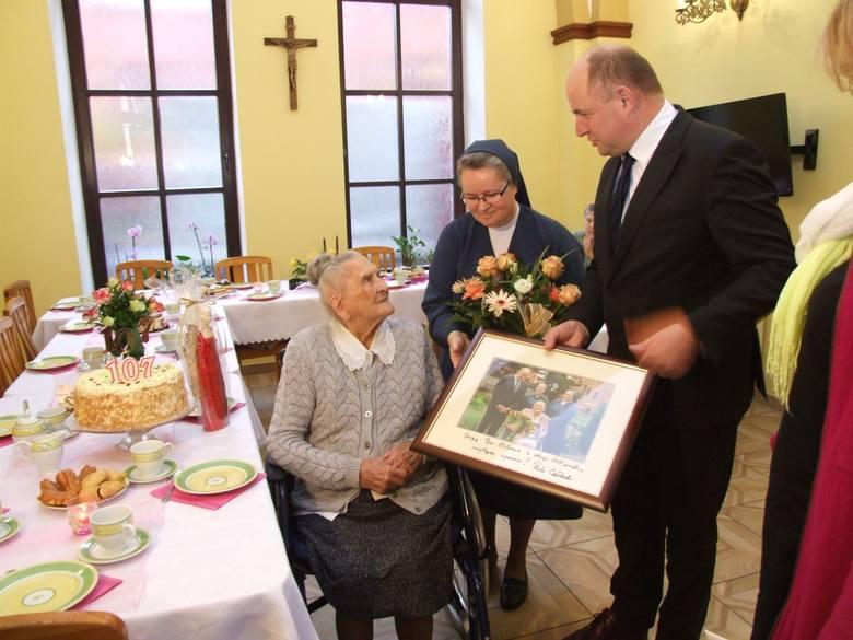 Marszałek Piotr Całbecki ponownie odwiedził Elżbietę Rogalę, rówieśniczkę Niepodległej. Okazją było nie wręczenie medalu, ale złożenie życzeń urodzinowych.
