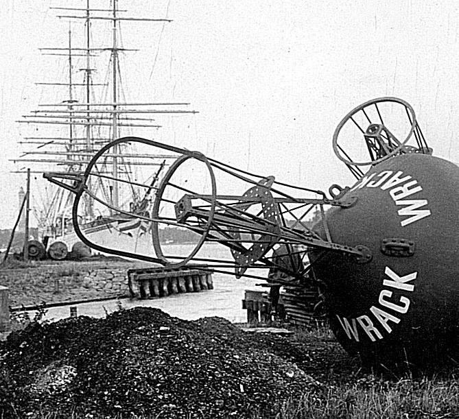 Podstawowym zadaniem stoczni było utrzymanie floty różnego rodzaju jednostek pływających i znaków nawigacyjnych niezbędnych do utrzymania żeglugi na torze wodnym do Szczecina.