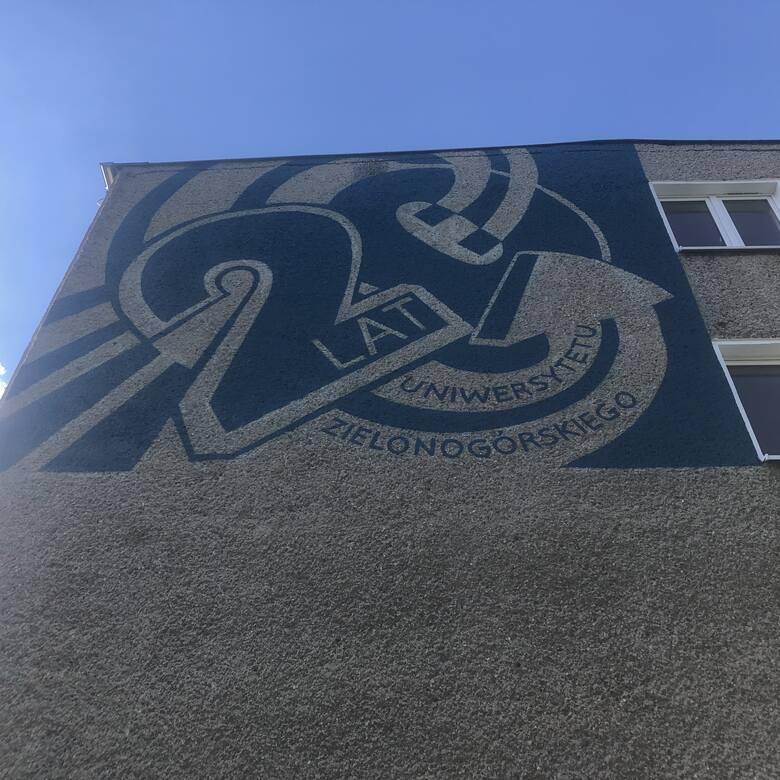 Narodzony mural na budynku UZ przy al. Wojska Polskiego 65 (II miejsce –  autorka projektu Viktoria Sepska – studentka kierunku sztuki wizualne)