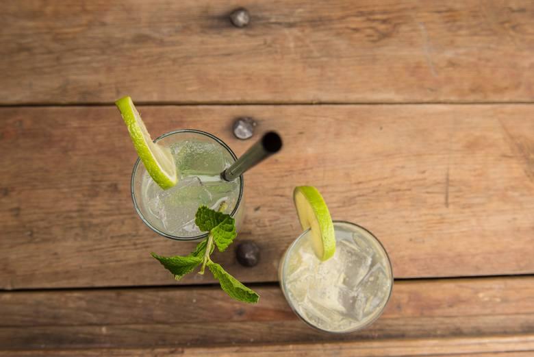 2. Pij orzeźwiające napojeMięta, cytryna, ogórek - w upały powinniśmy pić dużo wody, ale nie oznacza to, że jej smaku nie powinniśmy wzbogacać. I nie
