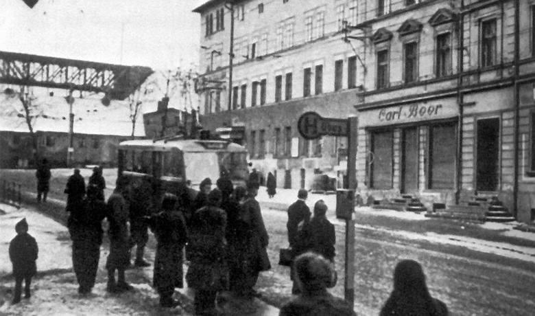"""Rok 1944. Na przystanek """"Postamt"""" na Podgórzu zajeżdża francuska VETRA CS60"""