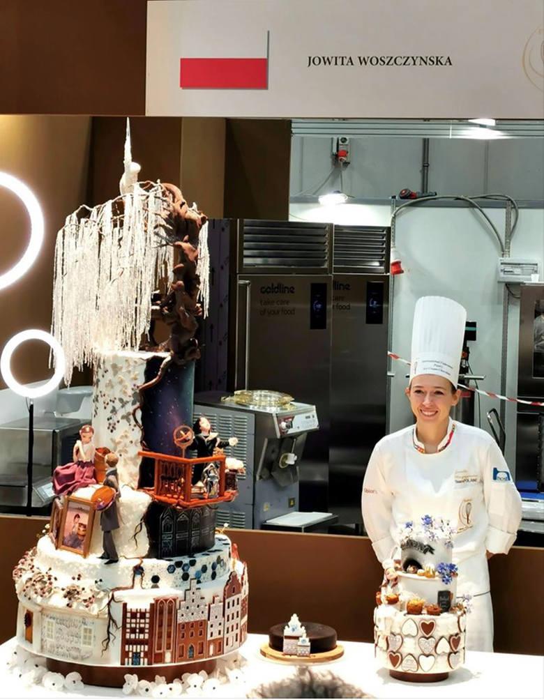 Jowita Woszczyńska podczas finału w Mediolanie ze swymi zwycięskimi tortami - pokazowym i mniejszym, udekorowanym na miejscu