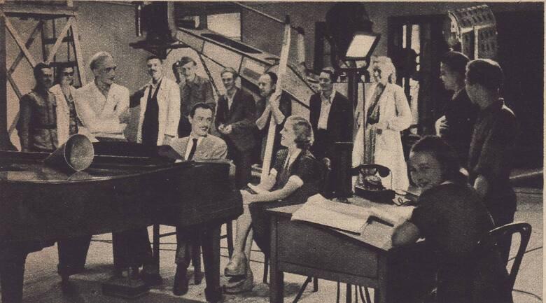 """<strong>Zakazane piosenki 1946</strong><br /> Danuta Szaflarska: [i]W """"Zakazanych piosenkach"""" zagrali niemieccy jeńcy. Przebrano ich w autentyczne mundury i uzbrojono w karabiny. Byli dumni z możliwości udziału w filmie. Bardzo się starali śpiewając """"Heili, heilo!"""". Scenę zrealizowano w Alejach..."""