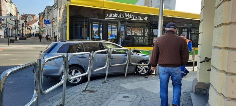 Wjechał w autobus MZK w centrum Zielonej Góry. Tłumaczył, że się zagapił. Dostał mandat w wysokości 1000 złotych i punkty karne