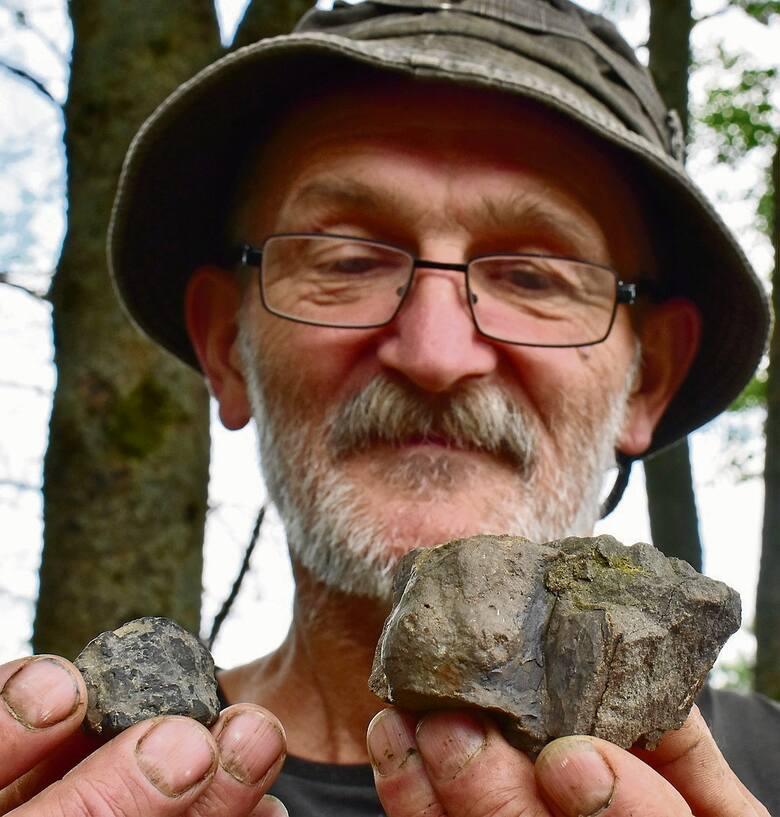Waldemar Witkowski ze swoimi okruchami z kosmosu. Meteoryty choć wyglądają podobnie różnią się zawartością metali