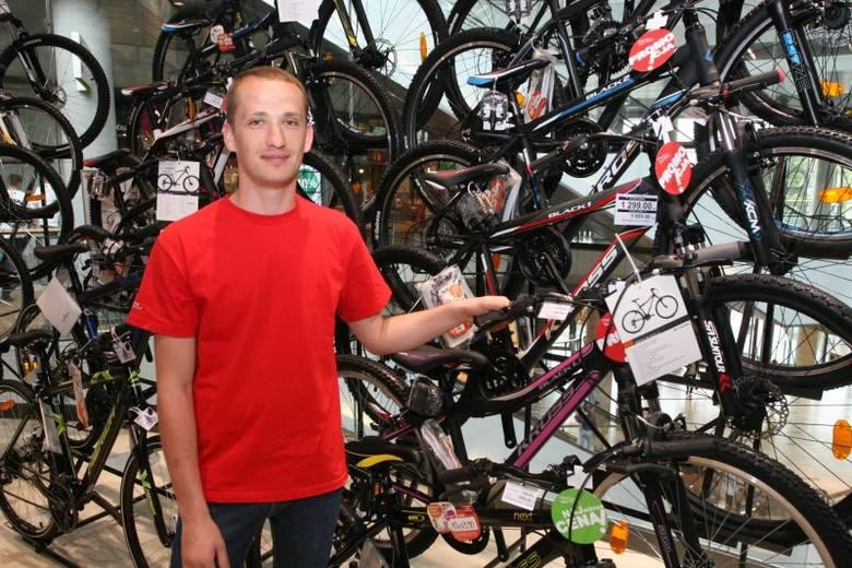 W Kielcach ruszyły już wyprzedaże- W bardzo dobrych cenach mamy teraz rowery – mówi pan Michał z Martes Sport. Na zdjęciu modele przecenione z 999 złotych