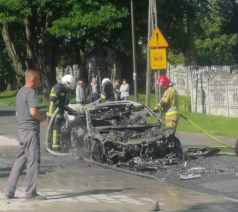 Wypadek na ul. Malowniczej. Samochód stanął w ogniu ZDJĘCIA