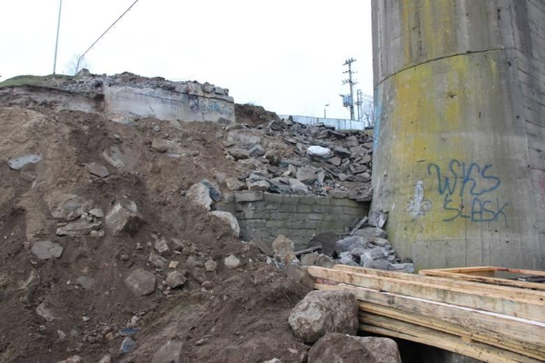 Trwają prace w ramach kolejnego etapu remontu Mostu Tczewskiego. W ostatnich dniach pracownicy wykonawcy, firmy Banimex, rozebrali przyczółek od strony