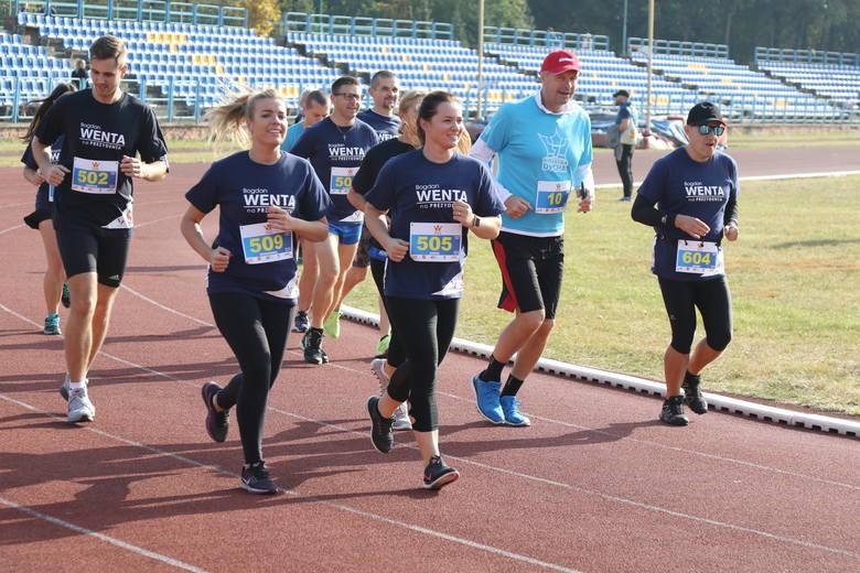 Europoseł Bogdan Wenta ( numer 10) biegł z całą ekipą. Z prawej Jacek Wiatrowski - organizator wielu imprez biegowych, z lewej Patryk Kucharczyk - Mister