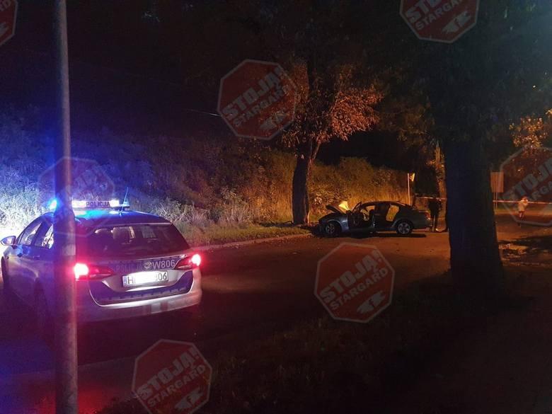 Wypadek w Stargardzie. BMW wjechało w drzewo. Są ciężko ranni