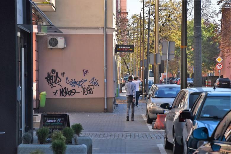 Elewacje budynków przy ul. 1 Maja pomalowane przez wandali
