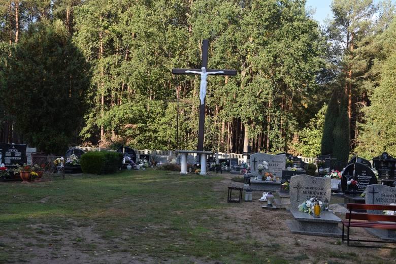 Internauci w większości są przeciw zamykaniu cmentarzy 1 listopada.
