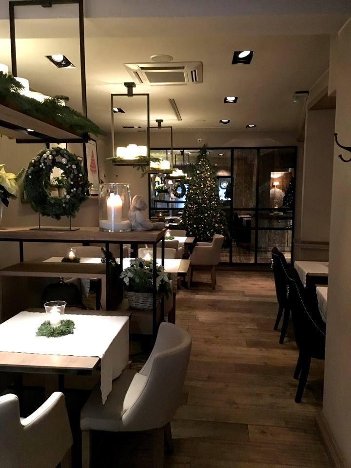 W restauracji Szeroka nr 9 jednym z najbardziej wyszukanych dań w karcie jest stek z sezonowanej polędwicy wołowejpodawany z ziemniakami, do wyboru: