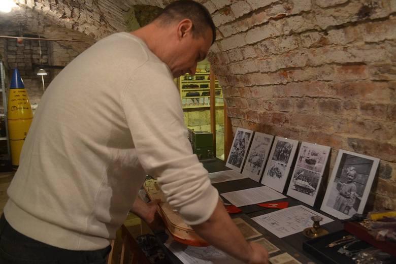 W podziemiach ratusza znajdziemy aktualnie również dokumenty i fotografie z powstania warszawskiego.
