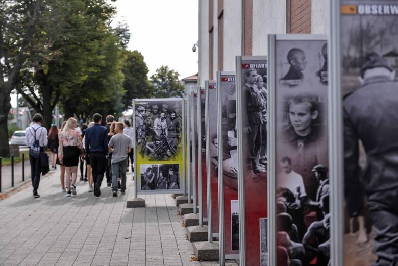 Dwie wystawy dotyczące II wojny światowej można oglądać przed siedzibą IPN w Gdańsku przy alei Grunwaldzkiej 216