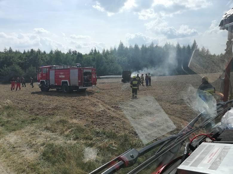 Strażacy zawodowi i jednostki OSP gasiły pożar maszyny rolniczej na polu między miejscowościami Drzewice i Struga.Pożar wybuchł we wtorek, około godz.